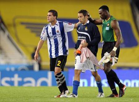 Resultado de imaxes para equipos de futbol al final del partido saludandose